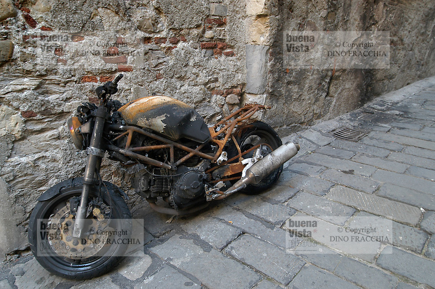 - Genoa, stolen and set afire motorcycle in a alley of the historical downtown....- Genova, motocicletta rubata e incendiata in un vicolo del centro storico
