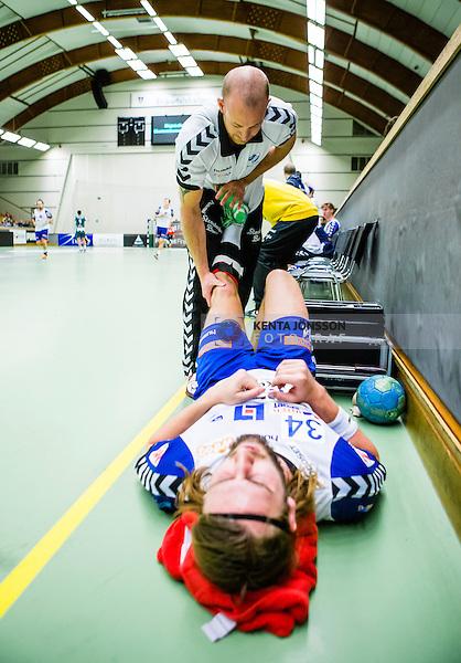 Stockholm 2013-12-08 Handboll Elitserien Hammarby - IFK Sk&ouml;vde :  <br /> Sk&ouml;vde Tobias Warvne har skadat sig under den andra halvleken och f&aring;r hj&auml;lp av Sk&ouml;vdes sjukgymnast<br /> (Foto: Kenta J&ouml;nsson) Nyckelord:  skada skadan ont sm&auml;rta injury pain
