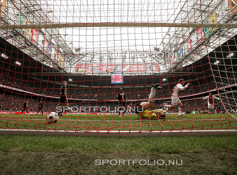 Nederland, Amsterdam, 3 februari 2008.Eredivisie .Seizoen 2007-2008 .Ajax-Feyenoord (3-0).Klaas Jan Huntelaar (2e van r) van Ajax heeft zojuist de bal over keeper Henk Timmer (3e van l) van Feyenoord gekopt en scoort, 2-0.