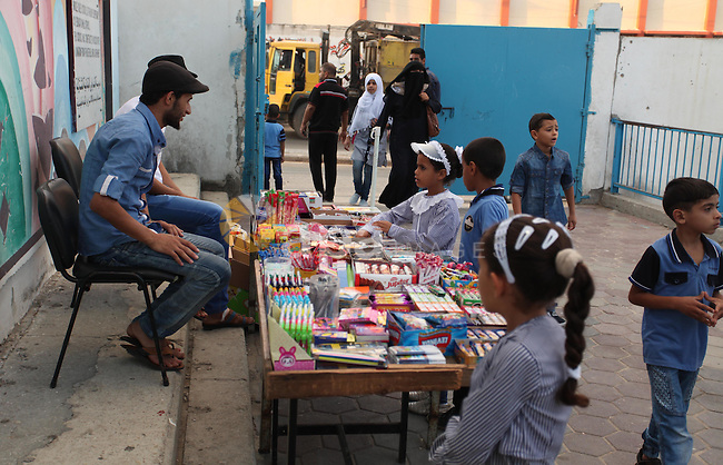 Palestinian students return back to their school in the morning of the first day of the new year study in Khan Younis in the southern Gaza Strip August 28, 2016. Photo by Ashraf Amra
