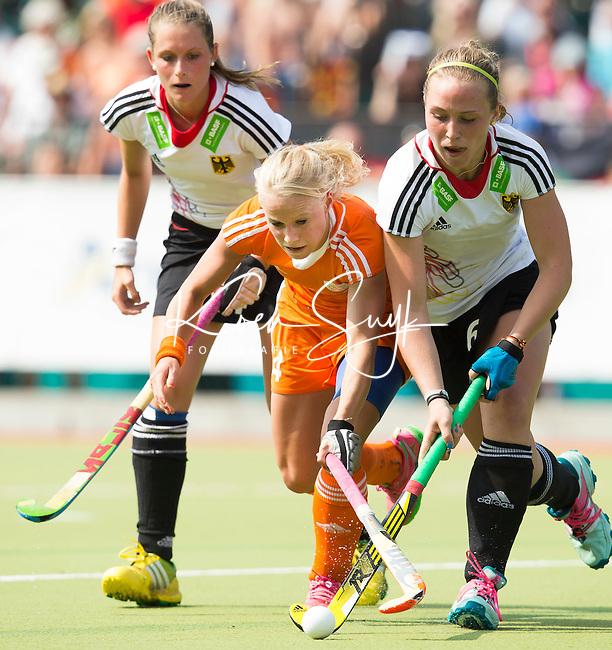 WATERLOO (Belgie) - Lisa Scheerlinck in duel met Nike Lorenz. . Het Nederlands Jong Oranje -21 vrouwen winnen de EK finale van Duitsland met 5-2. COPYRIGHT KOEN SUYK