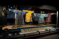 Hangzhou, Cina. Alcune antiche camicie di seta esposte nel museo nazionale della seta di Hangzhou.<br /> Old silk shirts exhibited at the National Silk Museum in Hangzhou
