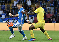 BOGOTA - COLOMBIA -04 -06-2017: Ayron del Valle (Izq) jugador de Millonarios disputa el balón con Marlon Torres (Der) jugador de Atlético Bucaramanga durante partido de vuelta  partido de vuelta por los cuadrangulares finales de la Liga Aguila I 2017 jugado en el estadio Nemesio Camacho El Campin de la ciudad de Bogota. / Ayron del Valle (L) player of Millonarios fights for the ball with Marlon Torres (R) player of Atletico Bucaramanga during secong leg match for the final quadrangulars of the Liga Aguila I 2017 played at the Nemesio Camacho El Campin Stadium in Bogota city. Photo: VizzorImage / Gabriel Aponte / Staff.