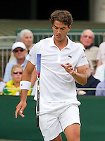 21-06-10, Tennis, England, Wimbledon, Jesse Huta Galung smijt zijn racket uit frustratie naar het gras, hij verliest de openingspartij