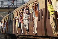 INDIA Mumbai Bombay <br /> commuter in crowded suburban train of western railways at Bandra station / INDIEN Bombay Mumbai das Wirtschaftszentrum und Finanzzentrum Indiens, <br /> Pendler in überfuellten S-Bahn Zuegen der Western Railways in Bandra
