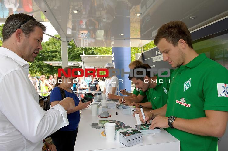 28.07.2013, Weserstadion, Bremen, GER, 1.FBL, Werder Bremen Tag der Fans 2013, im Bild Philipp Bargfrede (Bremen #44), Denni Avdic (Bremen #9), Aleksandar Stevanovic (Bremen #34) und Cimo R&ouml;cker / Roecker (Bremen #29) schreiben Autogramme<br /> <br /> Foto &copy; nph / Frisch