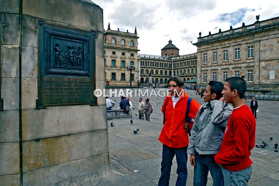Adolescentes na praça, Bogotá. Colombia. 2004. Foto de Ricardo Azoury.