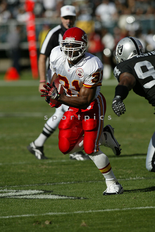 PRIEST HOLMES, of the Kansas City Chiefs, in action during the Chiefs game against the Oakland Raiders on October 21, 2007 in Oakland, California...Chiefs win 12-10..SportPics