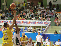 BUCARAMANGA -COLOMBIA, 13-05-2013. Trocha Morelos (I) de Búcaros va por un balón perdido contra el jugador Quentin Smith (D) de Águilas durante partido de la fecha 15 fase II de la  Liga DirecTV de baloncesto Profesional de Colombia realizado en el Coliseo Vicente Díaz Romero de Bucaramanga./ Trocha Morelos (L) of Bucaros goes for a loose ball against Aguilas player Quentin Smith (R) during match of the 15th date phase II of  DirecTV professional basketball League in at Vicente Diaz Romero coliseum in Bucaramanga. Photo:VizzorImage / Jaime Moreno / STR