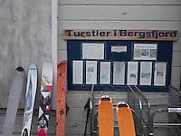 Ski for topptur ved butikken i Bergsjford. ---- Skis outside store in Bergsfjord.