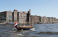 Oude pakhuizen in Wormer langs rivier de Zaan.Links voormalige  rijstpellerij Hollandia