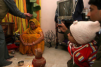 06.12.2008 Delhi(Harayana)<br /> <br /> Member of the bride family blessing her during a puja.<br /> <br /> Membre de la famille de la <br /> mari&eacute;e en train de la benir pendant une puja.