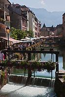 Europe/France/Rhône-Alpes/74/Haute-Savoie/Annecy: le Quai de l'Evéché un jour de marché et le Palais de l'Ile sur le Thiou