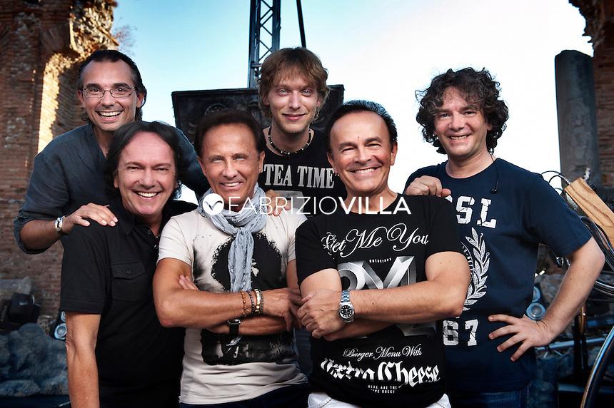 I Pooh sono un gruppo musicale Italiano di genere pop, rock progressive e pop rock artefice di alcuni dei più grandi successi discografici della nazione. Il complesso è tra i più longevi nella storia della musica mondiale ed ha venduto più di 50 milioni di dischi.