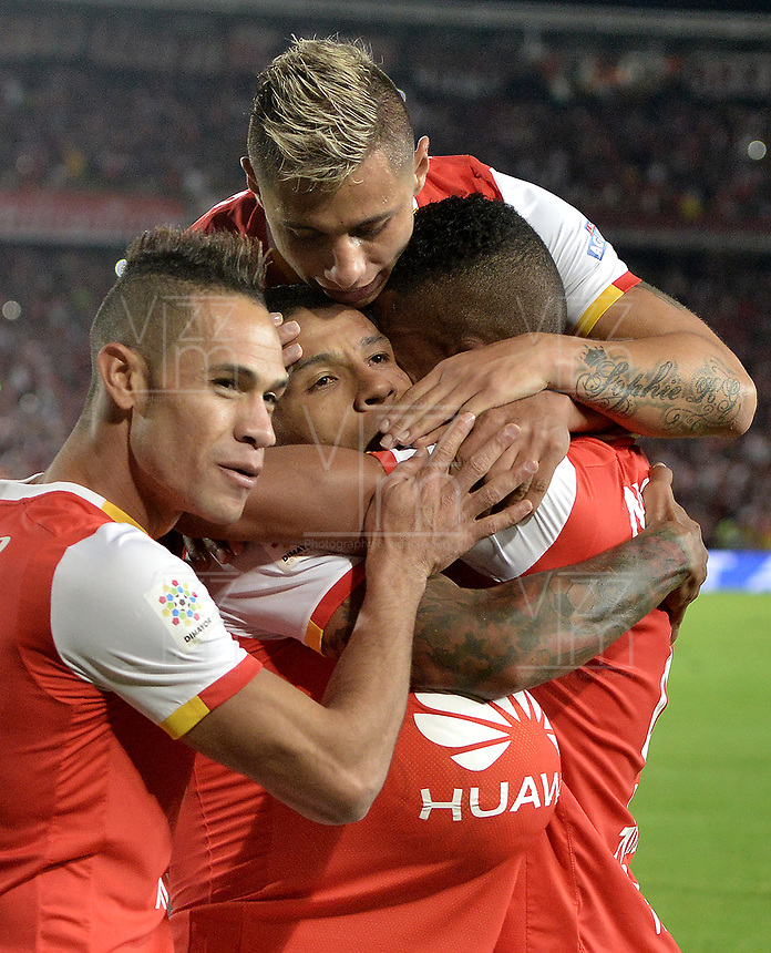 BOGOTÁ - COLOMBIA, 17-12-2017: Wilson Morelo (C) jugador de Santa Fe celebra con sus compañeros después de anotar gol al Millonarios durante el encuentro entre Independiente Santa Fe y Millonarios por la final vuelta de la Liga Aguila II 2017 jugado en el estadio Nemesio Camacho El Campin de la ciudad de Bogotá. / Wilson Morelo player of Santa Fe celebrates with his teammates, after scoring a goal to Millonarios during match between Independiente Santa Fe and Millonarios for the second leg final of the Aguila League II 2017 played at the Nemesio Camacho El Campin Stadium in Bogota city. Photo: VizzorImage/ Gabriel Aponte / Staff