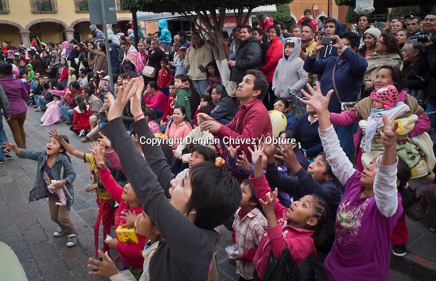 Quer&eacute;taro, Qro. 04 de enero de 2015.- Con la cabalgata de los Santos Reyes Magos, culmina la temporada de festejos tradicionales en la entidad.<br /> <br /> Esta tercer cabalgata es la primer vez que se presenta y con mucho &eacute;xito fue recibida por publico del &eacute;stado y visitantes que aprovechan el primer fin de semana en el estado para descanzar y celebrar el inicio de a&ntilde;o. <br /> <br /> <br /> Foto: Demian Ch&aacute;vez / Obture.