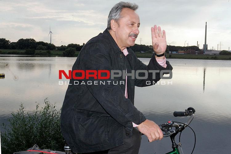 Wolfgang Stumph f&auml;hrt gr&uuml;&szlig;end mit dem Fahrrad auf dem Elbdeich in Hamburg Moorfleet. Anla&szlig;: Foto-Call zu den Dreharbeiten &quot;Stubbe von Fall zu Fall: Honigmond&quot;.<br /> <br /> <br /> <br /> Foto &copy; nordphoto / <br /> <br />  *** Local Caption *** Foto ist honorarpflichtig! zzgl. gesetzl. MwSt.<br /> <br />  Belegexemplar erforderlich<br /> <br /> Adresse: nordphoto<br /> <br /> Georg-Reinke-Strasse 1<br /> <br /> 49377 Vechta