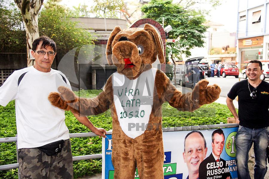 ATENÇÃO EDITOR: FOTO EMBARGADA PARA VEÍCULOS INTERNACIONAIS. - SAO PAULO, SP, 19 DE SETEMBRO 2012 - ELEIÇÕES 2012 -  CELSO RUSSUMANO - O candidato do PRB a prefeitura Celso Russumano assina carta de compromisso no instituto ETHOS da Cidades Sustentaveis, no bairro de Pinheiros nesta quarta-feira, 19. <br /> (FOTO: PADUARDO / BRAZIL PHOTO PRESS).