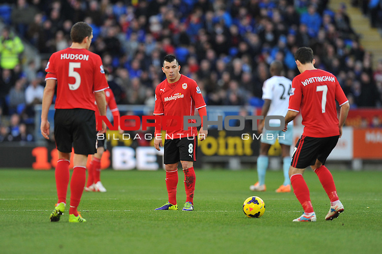 Cardiff City's Gary Medel keeps warm with team mates while West Ham United&rsquo;s Guy Demel is stretchered off the pitch. -  11/01/2014 - SPORT - FOOTBALL - Cardiff City Stadium - Cardiff - Cardiff City v West Ham United - Barclays Premier League<br /> Foto nph / Meredith<br /> <br /> ***** OUT OF UK *****