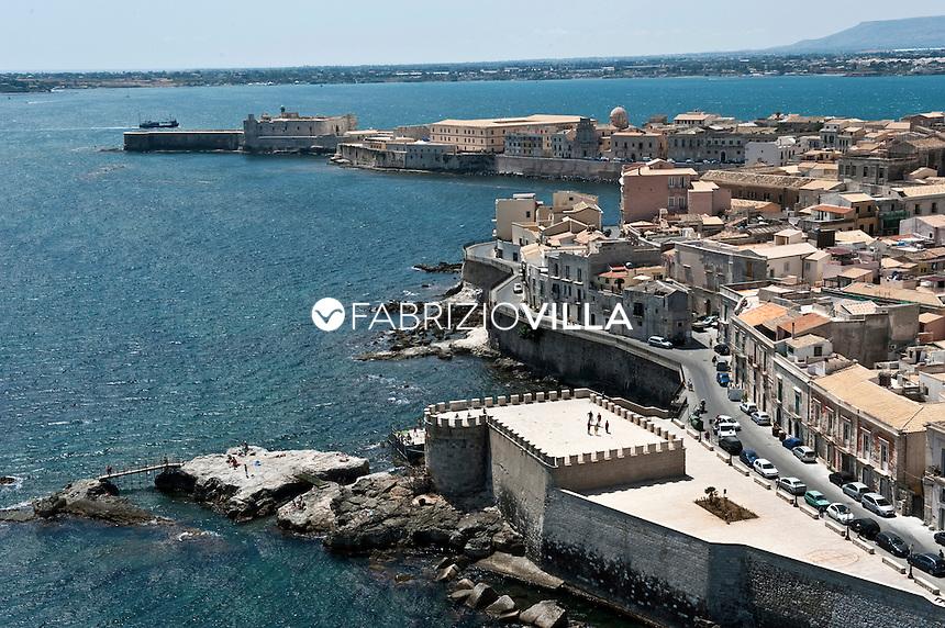Il mare e le spiagge di Catania e Siracusa dall'elicottero della Guardia Costiera. .Nella foto una veduta panoramica di Siracusa.Foto Fabrizio Villa