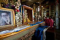 Tempio buddista, preghiera e immagine del dalai lama giovane