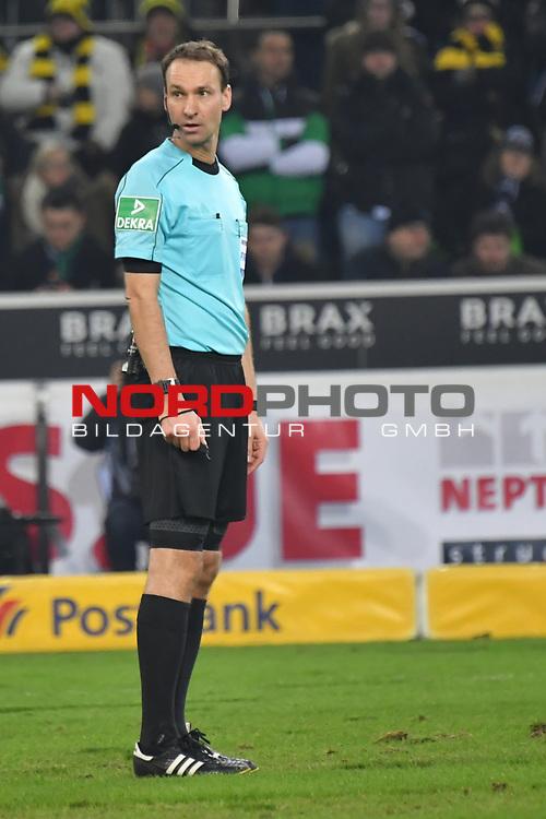 18.02.2018, Borussia Park, M&ouml;nchengladbach, GER, 1. FBL., Borussia M&ouml;nchengladbach vs. Borussia Dortmund<br /> <br /> im Bild / picture shows: <br /> Schiedsrichter, referee, Bastian Dankert (SR) lauscht dem Videoschiedsrichter<br /> <br /> Foto &copy; nordphoto / Meuter