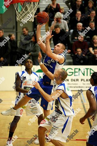 2009-11-29 / Basketbal / seizoen 2009-2010 / Pitzemburg - Kangoeroes Boom / Veldeman van Pitzemburg probeert te scoren..foto: mpics