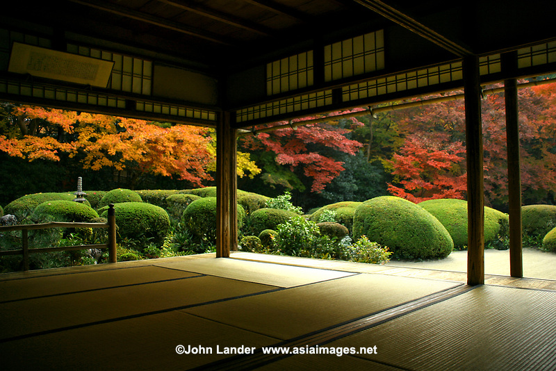 Shisendo is a hermitage garden in eastern Kyoto established by Jozen Ishikawa, a scholar and landscape architect. After he retired as a samurai he devoted the rest of his life to learning Chinese classics. When he was 59 he built this masterpiece as a retirement villa which has come to be known as Shisendo.