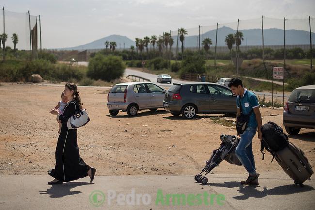 12 septiembre 2015. Melilla.<br /> Una familia siria entra en el Centro de Estancia Temporal de Inmigrantes (Ceti) de Melilla. La ONG Save the Children exige al Gobierno espa&ntilde;ol que tome un papel activo en la crisis de refugiados y facilite el acceso de estas familias a trav&eacute;s de la expedici&oacute;n de visados humanitarios en el consulado espa&ntilde;ol de Nador. Save the Children ha comprobado adem&aacute;s c&oacute;mo muchas de estas familias se han visto forzadas a separarse porque, en el momento del cierre de la frontera, unos miembros se han quedado en un lado o en el otro. Para poder cruzar el control, las mafias se aprovechan de la desesperaci&oacute;n de los sirios y les ofrecen pasaportes marroqu&iacute;es al precio de 1.000 euros. Diversas familias han explicado a Save the Children c&oacute;mo est&aacute;n endeudadas y han tenido que elegir qui&eacute;n pasa primero de sus miembros a Melilla, dejando a otros en Nador. <br /> &copy; Save the Children Handout/PEDRO ARMESTRE - No ventas -No Archivos - Uso editorial solamente - Uso libre solamente para 14 d&iacute;as despu&eacute;s de liberaci&oacute;n. Foto proporcionada por SAVE THE CHILDREN, uso solamente para ilustrar noticias o comentarios sobre los hechos o eventos representados en esta imagen.<br /> Save the Children Handout/ PEDRO ARMESTRE - No sales - No Archives - Editorial Use Only - Free use only for 14 days after release. Photo provided by SAVE THE CHILDREN, distributed handout photo to be used only to illustrate news reporting or commentary on the facts or events depicted in this image.