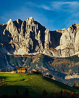 Austria, Tyrol, Going am Wildem Kaiser:  mountain farmhouse and Wilder Kaiser mountains | Oesterreich, Tirol, bei Going am Wildem Kaiser: Bauernhof vorm Wilden Kaiser
