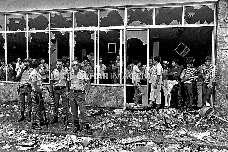 Saque a Supermercado em Santo Amaro. SP. 1983. Foto de Juca Martins.
