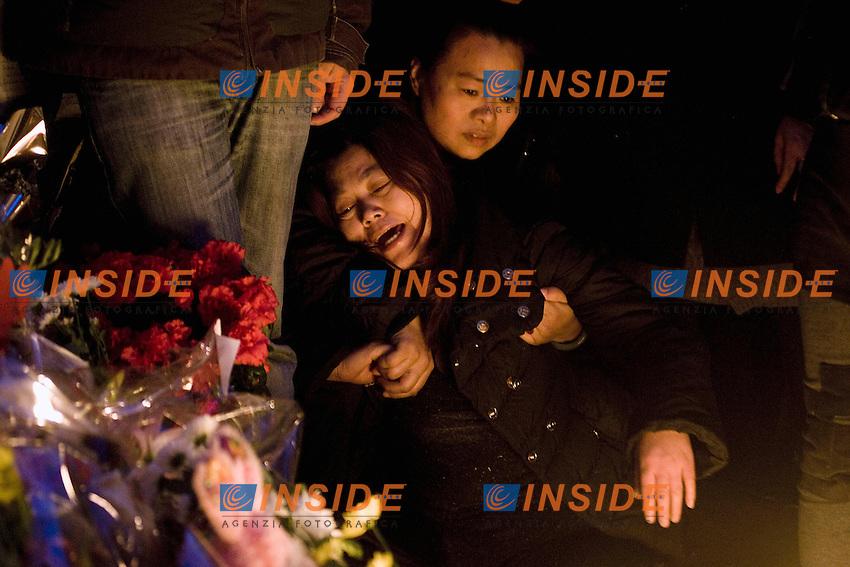 La disperazione di una parente delle vittime.Roma 20120110 Fiaccolata organizzata dalla Comunita' Cinese in ricordo di Zhou Zeng e la figlia Joy uccisi a Torpignattara.Foto Insidefoto