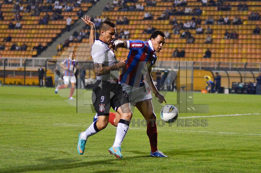 ATENÇÃO EDITOR: FOTO EMBARGADA PARA VEÍCULOS INTERNACIONAIS - SÃO PAULO, SP, 20 OUTUBRO DE 2012 - CAMPEONATO BRASILEIRO - CORINTHIANS x BAHIA: Guerreiro (e) e Titi (d) durante partida Corinthians x Bahia,  válida pela 32ª rodada do Campeonato Brasileiro de 2012, em partida disputada no Estádio do Pacaembu em São Paulo. FOTO: LEVI BIANCO - BRAZIL PHOTO PRESS