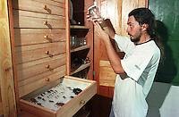 Escola Flutuante de Mamirauá.<br /> Pesquisador Joao Valsecchi . Construida pela RDS Mamirauá, a escola deve atender a comunidade.<br /> Tefé, Amazonas Brasil.<br /> Foto Paulo Santos<br /> 2002