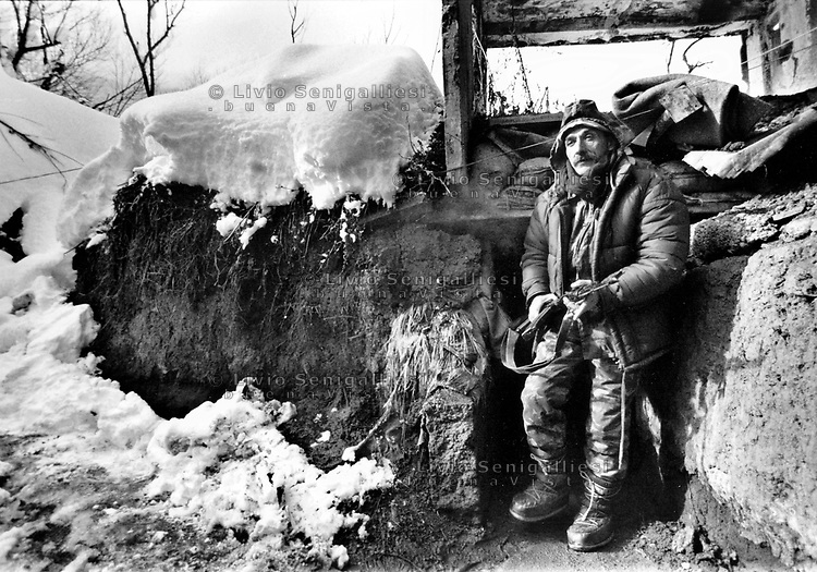 Sarajevo / Bosnia 1995. Soldato dell'esercito bosniaco fotografato nelle trincee della prima linea lungo la pista dell'aeroporto nel quartiere di Dobrinja.Bosnian Army soldier photographed in the trenches of the front line along the runway of the airport in the district of Dobrinja.<br />