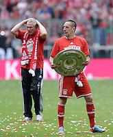 Fussball 1. Bundesliga   Saison  2012/2013   34. Spieltag   FC Bayern Muenchen  - FC Augsburg     11.05.2013 JUBEL; Deutscher Meister 2012/2013 FC Bayern Muenchen Franck Ribery mit Schale und Trainer Jupp Heynckes (hinten)