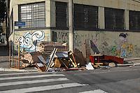 FOTO EMBARGADA PARA VEICULOS INTERNACIONAIS. SAO PAULO, SP, 12/12/2012, LIXO. Moradores da região da Mooca descartam moveis usados na Rua Cuiaba altura do nº300. O local já é velho conhecido, pois todos os dias existe descarte irregular de lixo no local.  Luiz Guarnieri/ Brazil Photo Press