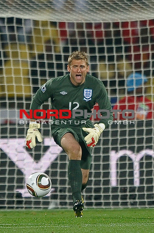 12.06.2010, Royal Bafokeng Stadium, Rustenburg, RSA, FIFA WM 2010, England (ENG) vs USA (USA), im Bild Robert Green of England comes to claim the ball,  Foto: nph /    Mark Atkins *** Local Caption *** Fotos sind ohne vorherigen schriftliche Zustimmung ausschliesslich f&uuml;r redaktionelle Publikationszwecke zu verwenden.<br /> <br /> Auf Anfrage in hoeherer Qualitaet/Aufloesung