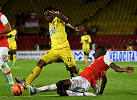 BOGOTA - COLOMBIA - 15 - 04 - 2017: Dairon Mosquera (Der.) jugador de Independiente Santa Fe disputa el balón con Jhony Cano (Izq.) jugador de Atletico Bucaramanga, durante partido de la fecha 13 entre Independiente Santa Fe y Atletico Bucaramanga, por la Liga Aguila I-2017, en el estadio Nemesio Camacho El Campin de la ciudad de Bogota. / Dairon Mosquera (R) player of Independiente Santa Fe struggles for the ball with Jhony Cano (L) player of Atletico Bucaramanga, during a match of the date 13 between Independiente Santa Fe and Atletico Bucaramanga, for the Liga Aguila I -2017 at the Nemesio Camacho El Campin Stadium in Bogota city, Photo: VizzorImage / Luis Ramirez / Staff.