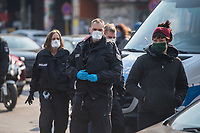 Etwa 200 Menschen (Polizeiangabe) protestierten am Samstag den 28. Maerz 2020 in Berlin-Kreuzberg gegen die Auswirkungen der Corona-Krise. Sie forderten auf Plakaten und Transparenten die Oeffnung der Gefluechtetenlager in Griechenland, das Obdachlose in Hotels untergebracht werden koennen, mehr Krankenschwestern statt Polizei, keine Bundeswehreinsaetze im Inneren und andere Themen.<br /> Nach ca. 15 Minuten traf die Polizei ein und die Demonstranten beendeten ihre Aktion.<br /> Im Bild: Polizeibeamte waren teilweise mit Schutzmasken der Klassen FFP-2 und FFP-3 ausgestattet.<br /> 28.3.2020, Berlin<br /> Copyright: Christian-Ditsch.de<br /> [NUR FUER REDAKTIONELLE ZWECKE! Werbung nur auf Anfrage beim Fotografen. Inhaltsveraendernde Manipulation des Fotos nur nach ausdruecklicher Genehmigung des Fotografen. Vereinbarungen ueber Abtretung von Persoenlichkeitsrechten/Model Release der abgebildeten Person/Personen liegen nicht vor. NO MODEL RELEASE! Don't publish without copyright Christian-Ditsch.de, Veroeffentlichung nur mit Fotografennennung, sowie gegen Honorar, MwSt. und Beleg. Konto: I N G - D i B a, IBAN DE58500105175400192269, BIC INGDDEFFXXX, Kontakt: post@christian-ditsch.de<br /> Bei der Bearbeitung der Dateiinformationen darf die Urheberkennzeichnung in den EXIF- und  IPTC-Daten nicht entfernt werden, diese sind in digitalen Medien nach §95c UrhG rechtlich geschuetzt. Der Urhebervermerk wird gemaess §13 UrhG verlangt.]