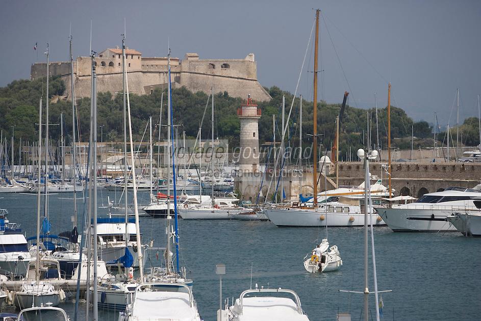 Europe/France/Provence-Alpes-Cote d'Azur/Alpes-Maritimes/Antibes: le port Vauban et son fort