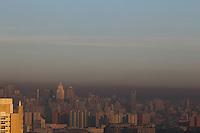 SAO PAULO, SP, 26-02-2014, CLIMA TEMPO.  A manhã dessa quarta-feira (26) tem céu aberto na região central de São Paulo. Uma faixa de poluição pode ser vista ao horizonte.  Luiz Guarnieri/ Brazil Photo Press.