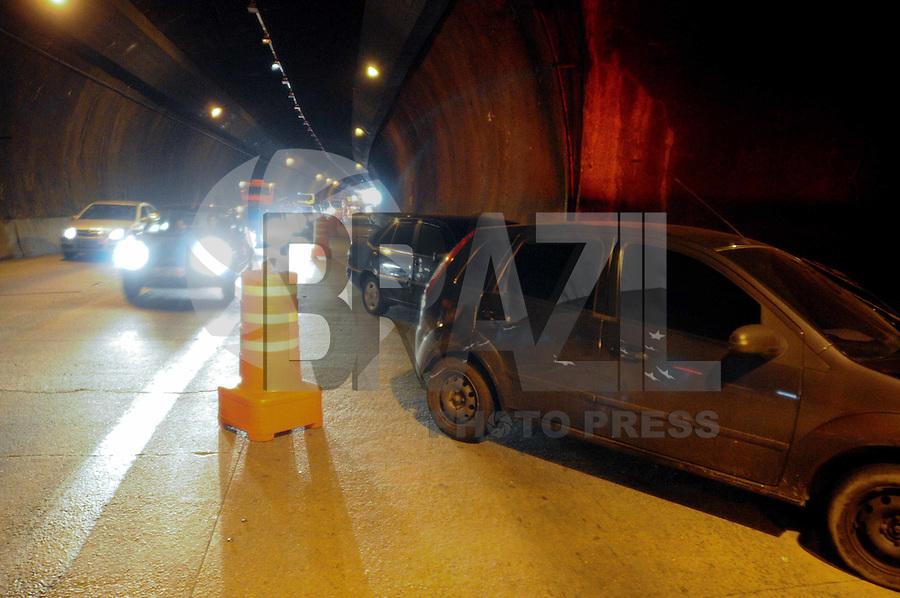 SAO PAULO, SP, 30 DE JANEIRO DE 2012 .Tentativa de assalto a um carro termina com um acidente dentro do Tunel Maria Maluf sentido Anchieta com bloqueio da faixa. Ladroes tentaram roubar o Fiesta atiram no carro mais nao acertaram os ocupantes do carro.Acaso foi levado ao 26dp. (FOTO: ADRIANO LIMA - NEWS FREE)