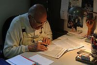 Anziano mentre gioca la schedina.Elder does the pools coupon....