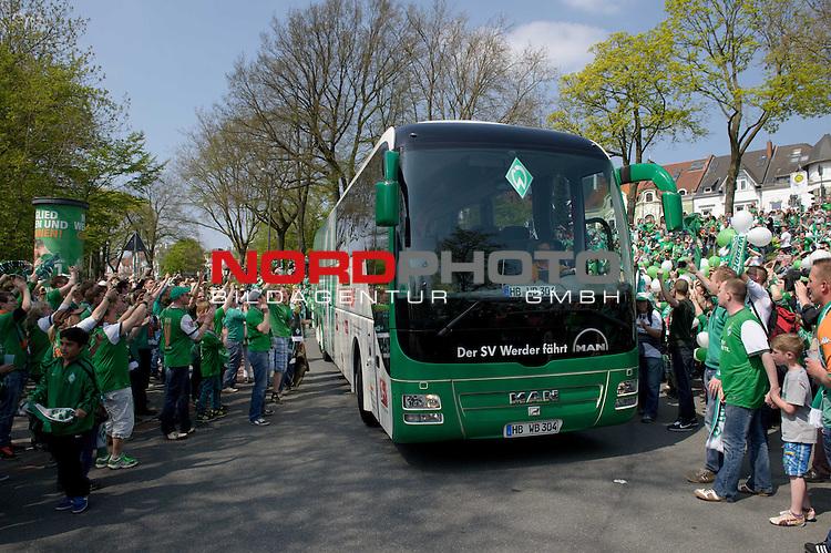 04.05.2013, Weserstadion, Bremen, GER, 1.FBL, Werder Bremen vs 1899 Hoffenheim, im Bild Der Werder-Bus wird von den Fans empfangen<br /> <br /> Foto &copy; nph / Frisch