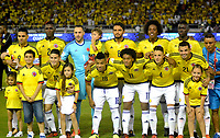 BARRANQUILLA - COLOMBIA -05-10-2017: Jugadores de Colombia posan para una foto durante los actos protocolarios previo al partido por la fecha 17 de la clasificatoria a la Copa Mundial de la FIFA Rusia 2018 jugado en el estadio Metropolitano Roberto Melendez en Barranquilla. / Players of Colombia pose to a photo during the formal events prior a match for the date 17 of the qualifier to FIFA World Cup Russia 2018 played at Metropolitan stadium Roberto Melendez in Barranquilla. Photo: VizzorImage / Alfonso Cervantes / Cont