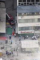 RIO DE JANEIRO, RJ, 26 DE JANEIRO DE 2012 - DESABAMENTO PREDIO RIO DE JANEIRO - Vista na tarde de hoje (26) do local onde ocorreu o desabamento de três prédios na região da Avenida Treze de Maio, no centro do Rio de Janeiro, na noite de ontem, 25. Um dos prédios que ruiu tem cerca de 20 andares, o outro, 10, e o terceiro, 4. Segundo o Corpo de Bombeiros, antes do desabamento teria havido uma explosão, mas isso não foi confirmado. Há pelo menos cinco feridos, dos quais quatro foram encaminhados ao Hospital Souza Aguiar. As equipes de busca retiraram ao menos dois corpos dos escombros. Os trabalhos continuam em dois pontos principais, indicados pelos quatro cães farejadores que ajudam nas buscas. (FOTO: GUTO MAIA - NEWS FREE).
