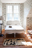 floral wallpaper in the bedroom