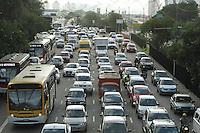 SAO PAULO, SP, 28 MARCO 2013 - TRANSITO EM SAO PAULO - Transito congestionado nessa vespera do feriado da pascoa na radial Leste no sentido  bairros no Tatuape na zona leste da cidade nesta quinta 28. (FOTO LEVY RIBEIRO / BRAZIL PHOTO PRESS)..