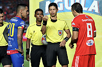 CALI - COLOMBIA, 15-09-2018: Lisandro Castillo (Cent.), arbitro, antes del partido con los capitanes Gilberto García (Izq.) de Deportivo Pasto y Alejandro Bernal (Der.) de América, durante partido entre América de Cali y Deportivo Pasto, de la fecha 10 por la Liga Aguila II 2018 jugado en el estadio Pascual Guerrero de la ciudad de Cali. / Lisandro Castillo (C), referee, before the match with the captains Gilberto Garcia (L) from Deportivo Pasto and Alejandro Bernal (R) from America, during a match between America de Cali and Deportivo Pasto, of the 10th date for the Liga Aguila II 2018 at the Pascual Guerrero stadium in Cali city. Photo: VizzorImage / Luis Ramirez / Staff.